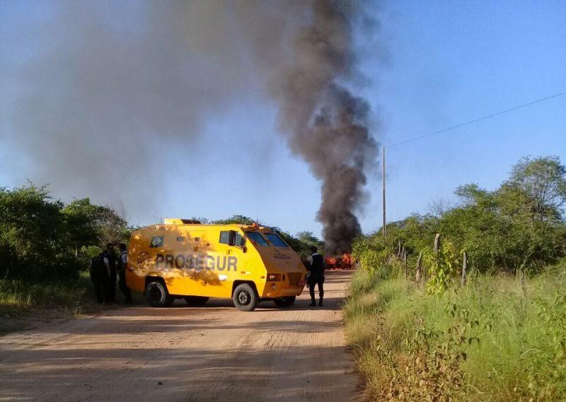 incênmdio carro 800x568 - Carro-forte pega fogo e população se assusta com medo de atentado
