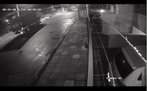motorista caminhão invadiu residência bessa - VEJA VÍDEO: Motorista de caminhão cochila e invade residência no Bessa
