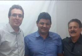 NINJA NA REDE: Tião Gomes acompanha prefeito em visita a secretário na busca por liberação de recursos para obras