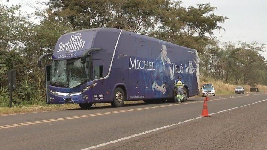 onibus michel teló - Ônibus de Michel Teló se envolve em acidente com vaca em SP