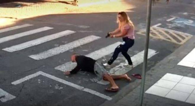 pm - VEJA VÍDEO: mãe PM rende e atira em assaltante armado em frente a escola da filha