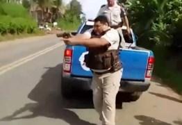 VEJA VÍDEO: Caminhoneiro fica ferido após policiais atirarem em bloqueio