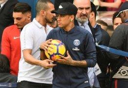 Neymar não treina, mas interage com fãs do PSG no Parque dos Príncipes