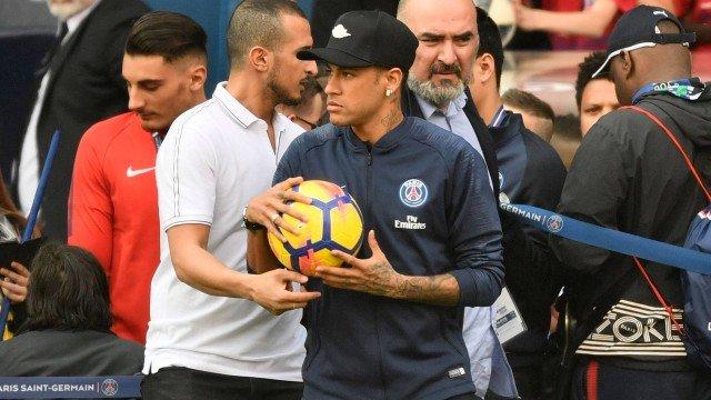 xneymar psg 1.jpg.pagespeed.ic .dIu1t1NX2x - Neymar não treina, mas interage com fãs do PSG no Parque dos Príncipes