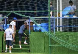 Neymar deixa treino com dores no tornozelo