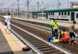 INDIFERENÇA: Homem tira selfie enquanto mulher acidentada é atendida em estação de trem
