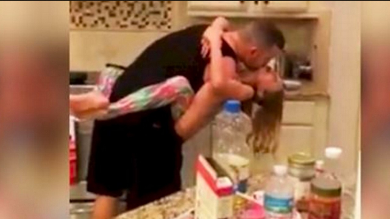 2 137 - INIMAGINÁVEL: Mãe acorda com música na cozinha e surpreende marido com a filha, pegou celular e filmou tudo - VEJA VÍDEO