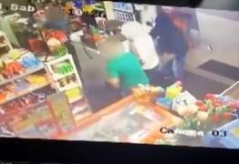 VEJA VÍDEO: Criança chuta ladrão para defender pai durante assalto