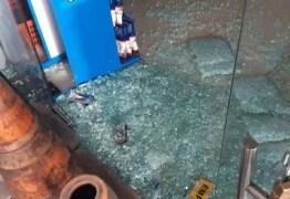Bandidos rendem vigilante e arrombam posto de combustíveis em João Pessoa
