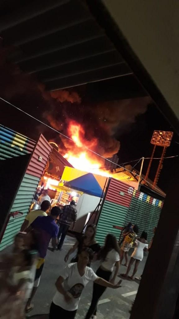 WhatsApp Image 2018 06 30 at 20.08.39 576x1024 - URGENTE: Botijão de gás explode e incêndio atinge barracas no Parque do Povo; shows estão cancelados - VEJA VÍDEOS!