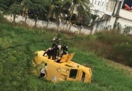Carro-forte capota e deixa quatro feridos em Patos