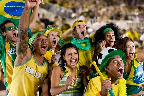 Resultado de imagem para fotos de brasileiros com a bandeira do brasil na copa
