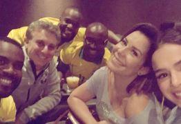 Bruna Marquezine assiste a jogo do Brasil com Huck, Thiaguinho e amigos