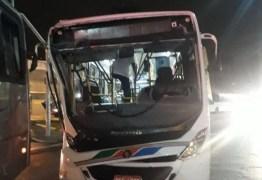 Ônibus ultrapassa sinal vermelho e colide com outro na noite desta quarta-feira