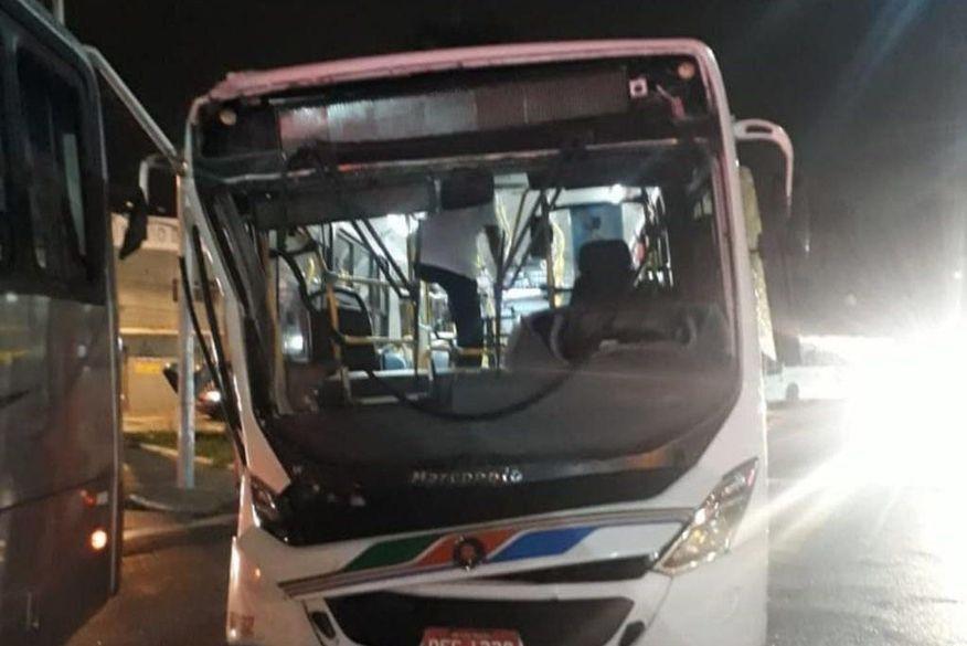 img 20180614 wa0007 - Ônibus ultrapassa sinal vermelho e colide com outro na noite desta quarta-feira