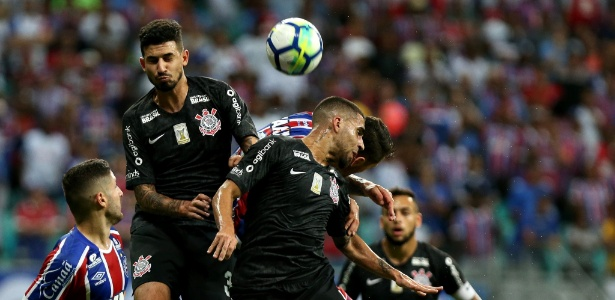 jogadores de bahia e corinthians disputam a bola 1528942119984 615x300 - Bahia vence pela insistência e bate Corinthians no Brasileirão -  VEJA GOL