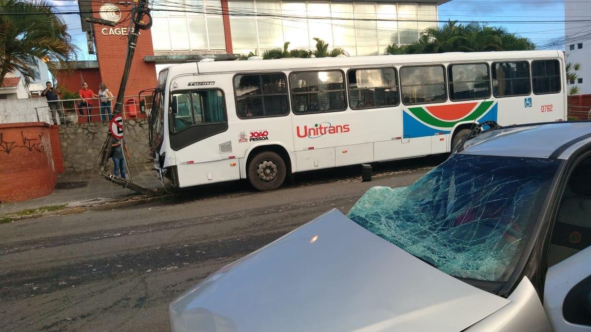 onibus diogo velho joao pessoa - Homem fica preso às ferragens após colisão entre carro e ônibus em João Pessoa