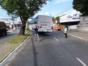 onibuys 300x225 - Ônibus sobe em canteiro e bate em poste após motorista passar mal em JP