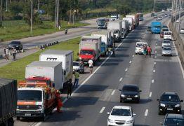 Insatisfeitos com pacote de Bolsonaro, caminhoneiros discutem possibilidade de nova greve