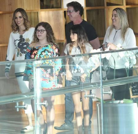 xana furtado3.png.pagespeed.ic .ISOHDJGK9N - Com sorrisão, Ana Furtado é fotografada em passeio ao lado da família