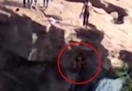 Homem cai de cachoeira ao tentar fazer selfie radical; VEJA VÍDEO!