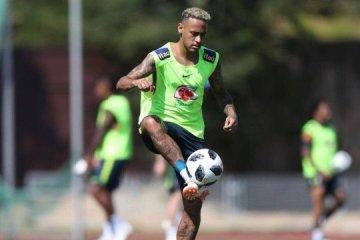 Neymar participa de treinamento antes de viagem do Brasil para São Petersburgo