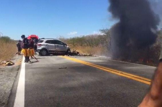 Carro colide com ambulância, pega fogo e deixa 5 mortos neste domingo, em rodovia na PB