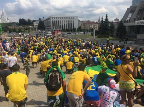 5b3df17010cd8 - Festa, e churrasco frustrado: Seleção chega a Kazan para as quartas