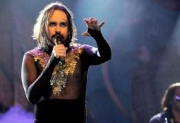 """VEJA VÍDEO: Cantor puxa coro """"Hi, hi, hi, Jesus é travesti"""" e é vaiado durante show"""