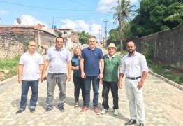 Cartaxo visita obras de calçamento de 3 ruas no Alto do Mateus e pavimentação asfáltica no Costa e Silva