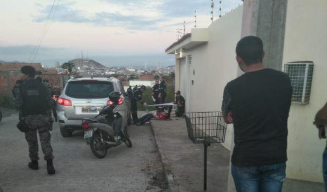 IMAGENS FORTES: Advogado é morto a tiros na frente de casa – VEJA VÍDEO!