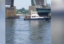 VEJA VÍDEOS: Piloto destrói barco ao tentar passar embaixo de ponte