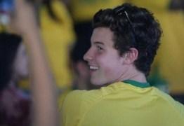 Com direito a camisa amarelinha, Shawn Mendes vibra com vitória da seleção brasileira