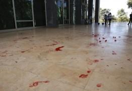 Manifestantes jogam tinta vermelha no STF e pedem liberdade de Lula