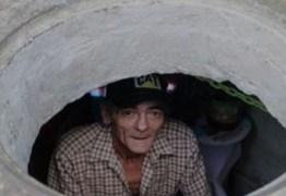 "Casal vive há 22 anos dentro de um esgoto; a ""casa"" por dentro vai te surpreender"
