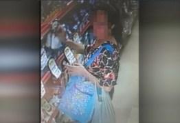 Câmera flagra momento em que mulher furta produtos em supermercado – VEJA VÍDEO