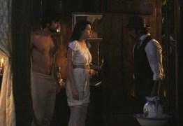 Aurélio flagra Ema e Ernesto em trajes íntimos: 'Mas o que está acontecendo aqui?'