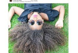 Menina que teve o cabelo alisado sem a permissão da mãe está sofrendo bullying na escola