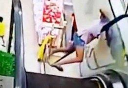 VEJA VÍDEO: Adolescente fica com a cabeça presa enquanto subia na escada rolante