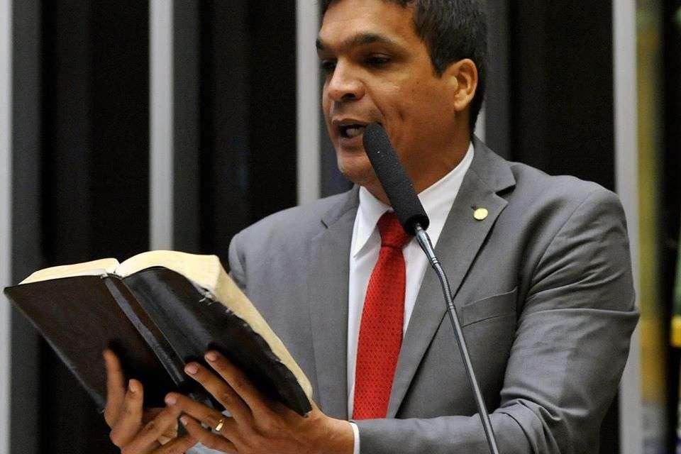 Deputado profetiza cura de colega tetraplégica em sessão na Câmara – VEJA VÍDEO!