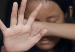 TRAGÉDIA: Criança foge após ver mãe sendo agredida em casa e quase é estuprada
