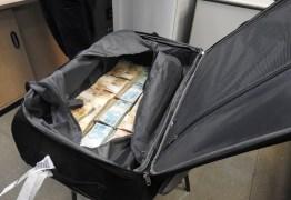 LAVAGEM DE DINHEIRO? PF apreende R$ 860 mil dentro de mala em aeroporto