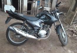 Alunos são presos suspeitos de furtar moto de professor em escola da PB