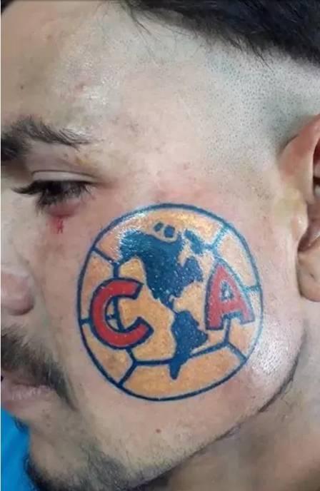 xtorcedor tatuagem 2.jpg.pagespeed.ic .nKCISvKxAA - DEMONSTRANDO SEU AMOR: torcedor tatua escudo do time no lado esquerdo do rosto