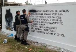 PM acha 'código de ética' de facção pintado em muros de comunidades de JP