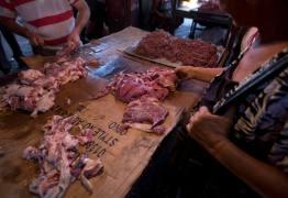 O QUE VOCÊ JANTOU HOJE? Venezuelanos fazem fila para comprar carne estragada