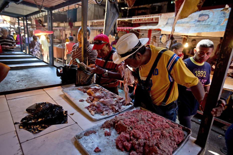 1535031891310 - O QUE VOCÊ JANTOU HOJE? Venezuelanos fazem fila para comprar carne estragada