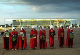 Mulheres se vestem de 'aias' e pedem descriminalização do aborto