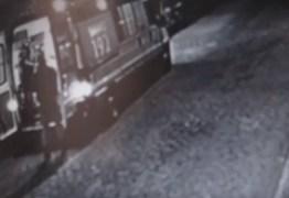 Imagens mostram homem supostamente esfaqueado por travestis sendo socorrido – VEJA VÍDEO