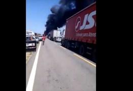 Incêndio destrói caminhão e mais seis veículos no Sertão da Paraíba – VEJA VÍDEOS